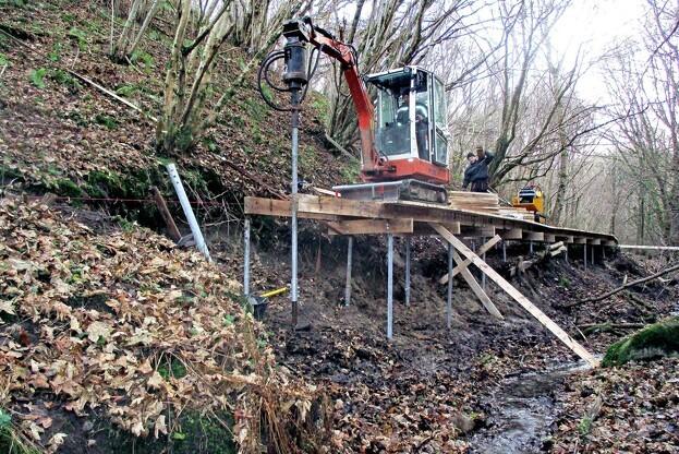 Ureteks minigraver klarer nedskruningen af ScrewFast Skruepælene, men er vant til at operere på plane byggepladser. Fosdalen bød på udfordringer for de erfarne funderingsfolk. Pressefoto.