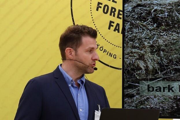 Bernd Cresnar fra østrigske Festmaster fortæller, at det i første omgang er barkbiller i nåletræer, de fokuserer på. Foto: Niels Johan Juel Jensen.