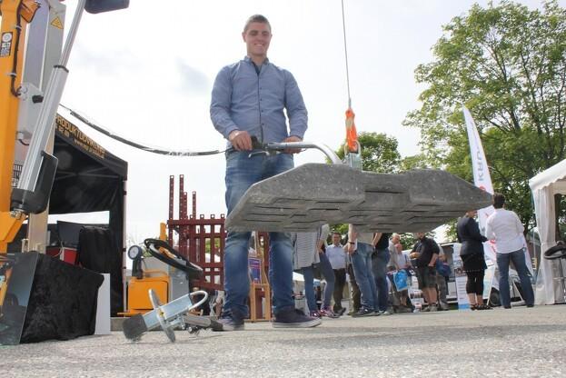 Simon Sørensen, medejer af ASP Produktudvikling A/S, demonstrerer her redskabet. Foto: Kim Ebbesen.