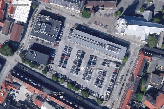 Omdannelsen af Budolfi Plads til grønt byrum forventes færdig i starten af 2019. Foto: Google Maps.