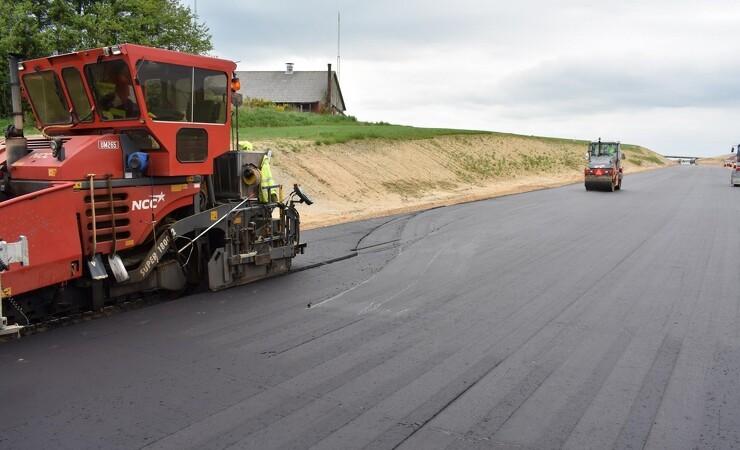 Nu flyder asfalten på ny motorvej