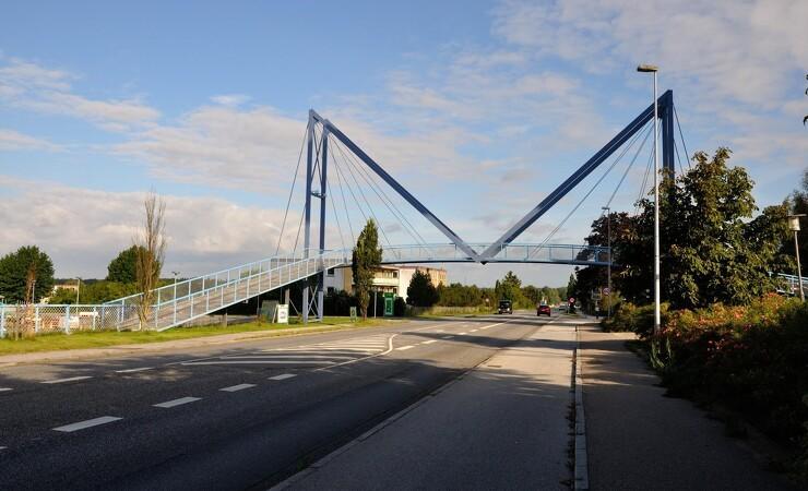 Lastbil kører ind i bro - frygter for sammenstyrtning