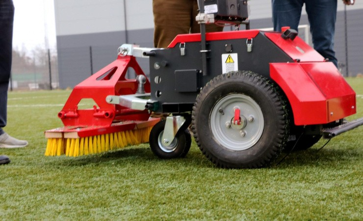 Robotten renser kunstgræsbanen