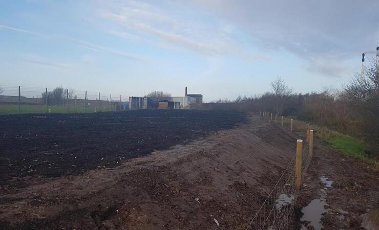 Et låg af haveaffald reducerer udslip af drivhusgas fra gammel losseplads