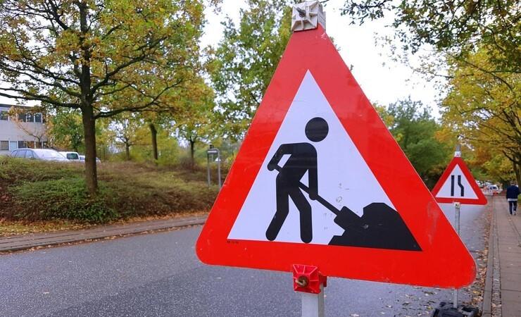 Vejarbejder truet af bilist